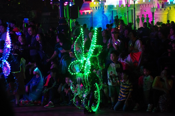 Children painting the Fiber Fairies in HKDL Paint the Night Parade