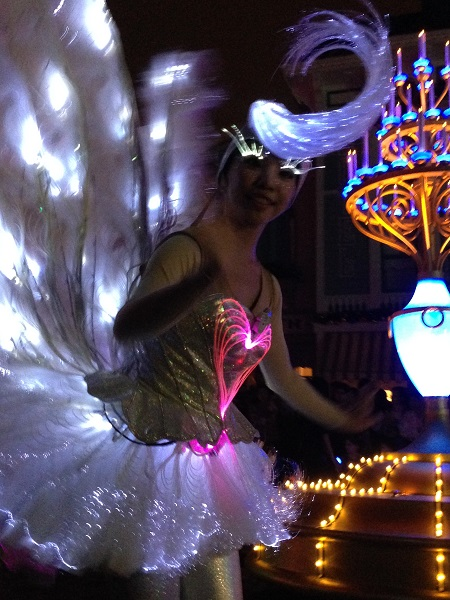 Fiber Optic Eyelashes on Swans in HKDL Paint the Night Parade