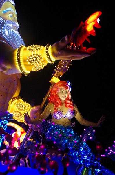 Little Mermaid Chatting to Guests in HKDL Paint the Night Parade