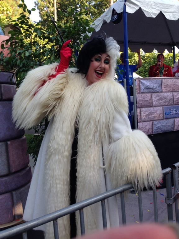 DLHW Cruella De Vil at the 10k Finish Line